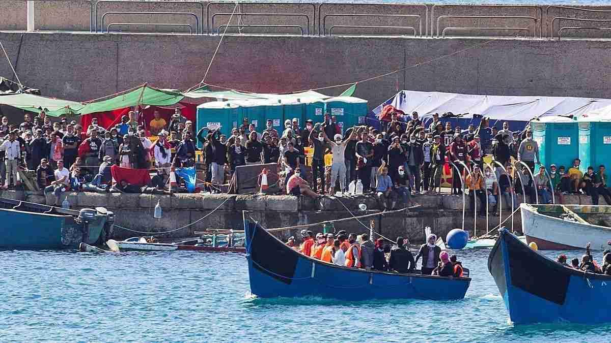 Das restlos überfüllte Auffanglager im Hafen von Arguineguín. Aktuell harren dort noch 2.300 Migranten aus.